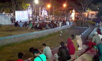 Suasana nonton bareng film Pengkhianatan G30S PKI di Taman Wijaya Kusuma. (zyn)