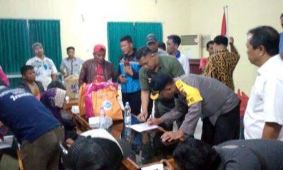 CEK : Warga Sampang saat dilakukan pendataan di Dinas Sosial Sampang. (zyn)