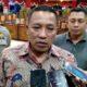 Bupati Sampang H Slamet Junaidi saat diwawancarai awak media setelah menerima kedatangan warga Sampang dari Papua. (zyn)