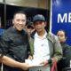Bupati Sampang H Slamet Junaidi saat menyambut kedatangan warganya di Bandara Juanda, Surabaya. (ist/Humas Pemkab Sampang)