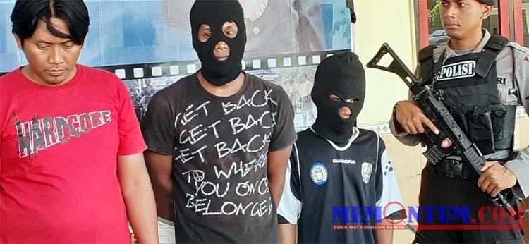 DUA : Kedua pelaku curanmor asal Bangkalan (menggunakan penutup kepala) yang berhasil dibekuk jajaran Polres Sampang. (zyn)