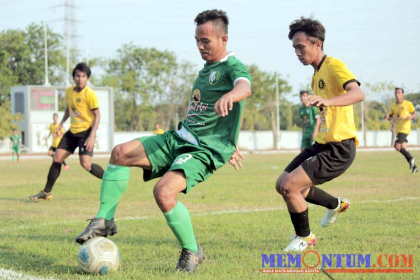 Pemain Persesa (Hijau) saat mencoba melewati pemain Suryanaga Connection. (zyn)