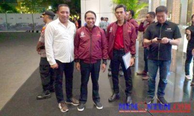 Bupati Sampang H Slamet Junaidi (putih) saat bertemu dengan Menpora Zainuddin Amali (tengah) di Jakarta dalam acara penganugerahan Pemuda Pelopor Nasional, Senin (28/10/2019) lalu. (ist)