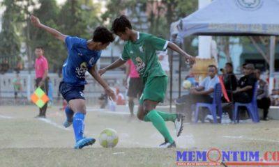 Pemain Persesa Fery Prakoso (hijau) saat mencoba melewati lawannya kala melawan Persida Sidoarjo di Lapangan Wijaya Kusuma. (zyn)