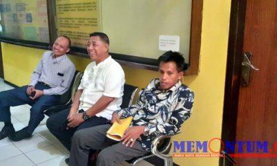 Martuli (memegang berkas warna kuning) didampingi oleh kedua kuasa hukumnya saat melapor ke SPKT Polres Sampang. (zyn)