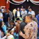 Bupati Sampang H Slamet Junaidi saat menyapa warganya yang baru tiba dari Papua. (zyn)