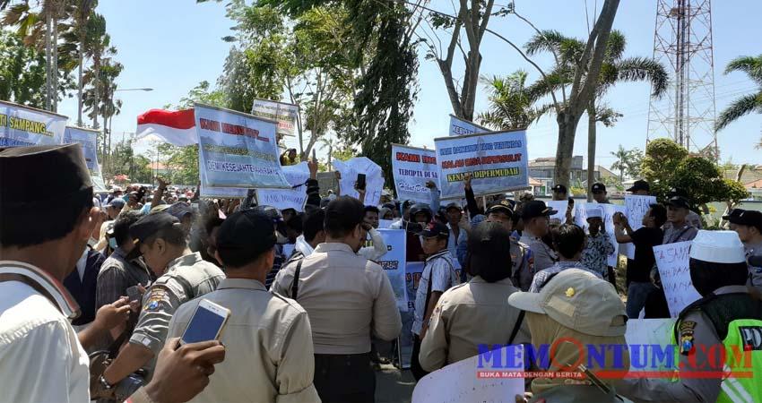 Aliansi Masyarakat Banjar Talela saat melakukan aksi di depan Kantor Pemkab Sampang. (zyn)