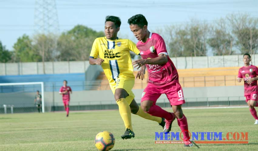Persesa Sampang (merah) saat menghadapi Putra Sinar Giri (kuning) di 16 besar liga 3 regional zona Jawa Timur (zyn)