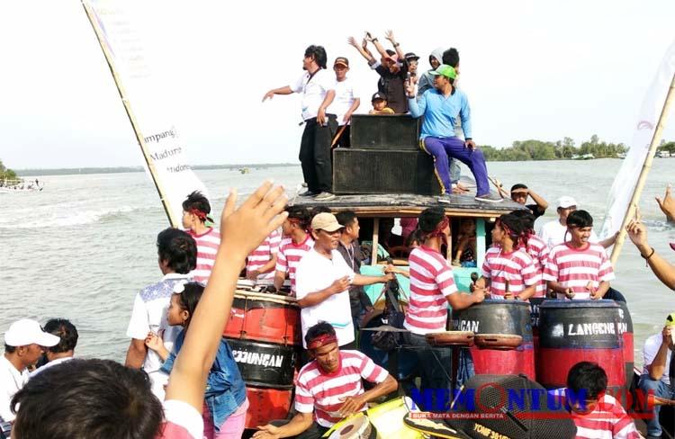 Penampilan Lancengan Pejjungan di atas perahu. (zyn)