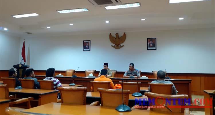 Perwakilan Aliansi Masyarakat Banjar Talela saat bertemu Ketua P2KD Kabupaten di Aula Besar Pemkab Sampang. (zyn)