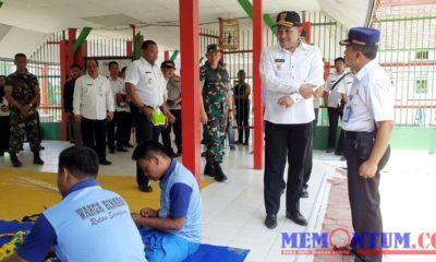 Bupati Sampang H Slamet Junaidi menyaksikan warga binaan yang sedang mengerjakan kerajinan peccot. (zyn)