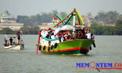 Para tamu FKPU saat mengelilingi hutan mangrove di Desa Marparan. (zyn)