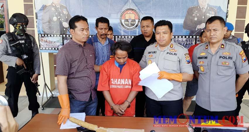 Kapolres Sampang AKBP Didit BWS (kiri) saat memperlihatkan pelaku pencurian laptop dan handphone (zyn)