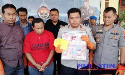 Kapolres Sampang AKBP Didit BWS saat menunjukkan barang bukti penipuan umroh di samping pelaku penipuan H Rasat (tengah). (zyn)