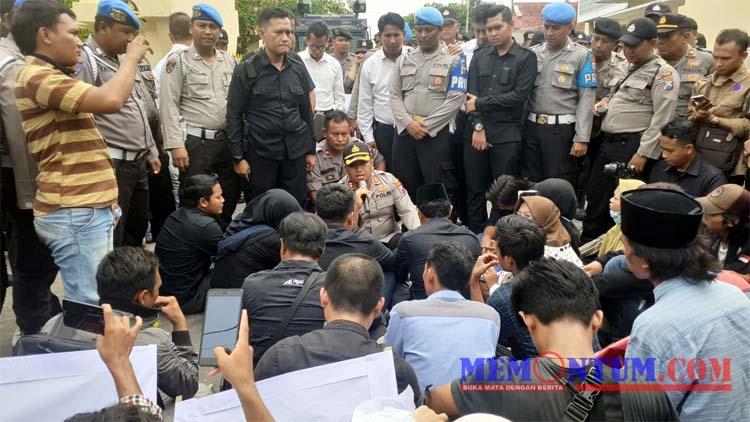 Kapolres Sampang AKBP Didit BWS saat menemui demonstran (zyn)