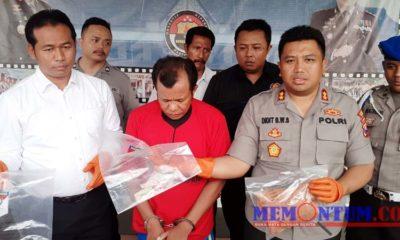 Kapolres Sampang AKBP Didit BWS (kanan) saat menunjukkan barang bukti. (zyn)