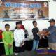Ketua Percasi Sampang Moh Hosen saat memberikan trofi kepada pemenang. (zyn)