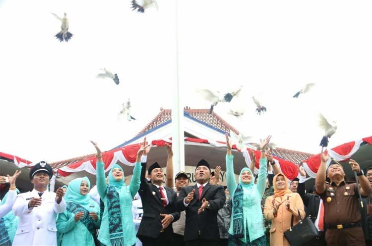 Bupati dan Wakil Bupati Sampang beserta seluruh Kades saat melepas burung merpati usai pelantikan. (Humas Pemkab Sampang)