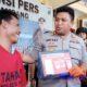 Kapolres Sampang AKBP Didit BWS saat menunjukkan barang bukti hasil dari penangkapan Mohammad Hamzah. (zyn)