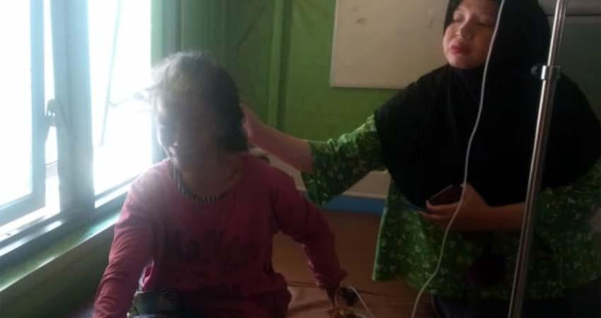 Sumari (63) korban pemukulan keponakannya, berada di Puskesmas Robatal. (ist)